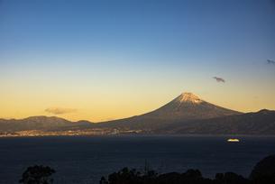 朝日の富士山と駿河湾とクルーズ船の写真素材 [FYI04776654]