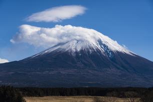 富士山の頂を包む雲の写真素材 [FYI04776656]