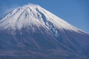 富士山頂と凧の写真素材 [FYI04776658]