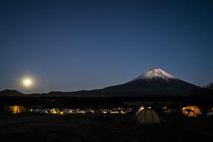 月夜の富士山とキャンプ場の写真素材 [FYI04776662]