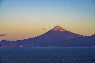 朝日に輝く富士山と駿河湾の写真素材 [FYI04776664]