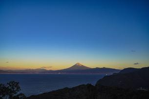 朝日に輝く富士山と駿河湾の写真素材 [FYI04776665]