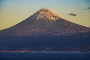 富士山と駿河湾の朝日の写真素材 [FYI04776666]