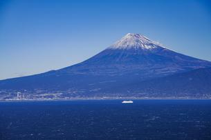 富士山と駿河湾とクルーズ船の写真素材 [FYI04776668]
