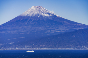 富士山と駿河湾とクルーズ船の写真素材 [FYI04776669]