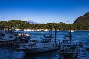 富士山と戸田漁港の写真素材 [FYI04776672]