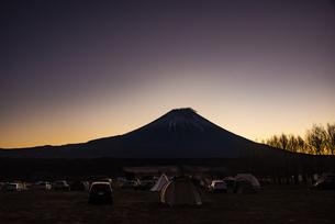 富士山の朝日とキャンプ場の写真素材 [FYI04776674]