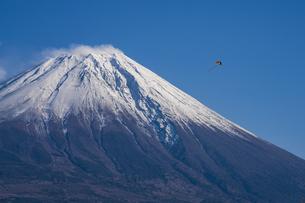 富士山頂と凧の写真素材 [FYI04776680]