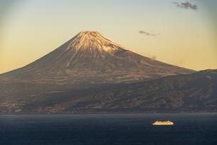 富士山と駿河湾の朝日の写真素材 [FYI04776685]