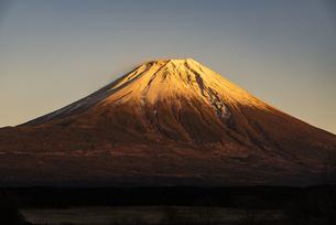 夕日に染まる赤富士の写真素材 [FYI04776686]