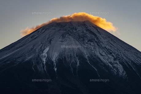 朝日に照る富士山頂の雲の写真素材 [FYI04776687]