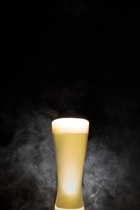 黒いバック背景のビールと煙の写真素材 [FYI04777074]