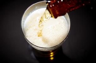 グラスにビールをそそいでいるところの写真素材 [FYI04777080]
