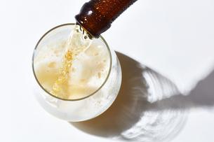 グラスにビールをそそいでいるところの写真素材 [FYI04777083]