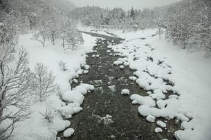 厳冬寒河江川の写真素材 [FYI04777130]
