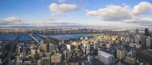 青空広がる淀川方向のパノラマ(梅田スカイビル高層階から)の写真素材 [FYI04777167]