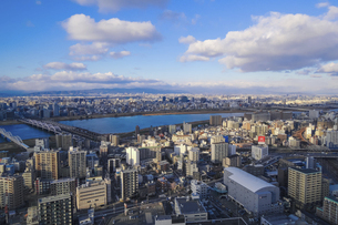 青空広がる淀川方向のパノラマ(梅田スカイビル高層階から)の写真素材 [FYI04777168]