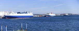 有明埠頭の貨物船(ゆりかもめ線 青海駅前 水の広場公園から)の写真素材 [FYI04777223]