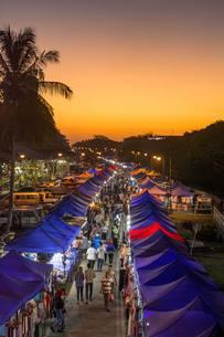 ランカウイ島のナイトマーケットの写真素材 [FYI04777434]