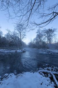 北海道 阿寒郡阿寒町の樹氷と気嵐の写真素材 [FYI04777494]