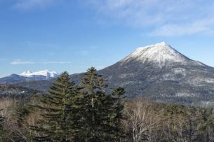 北海道 初冬の雄阿寒岳と雌阿寒岳の風景の写真素材 [FYI04777563]