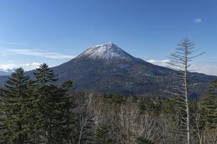 北海道 初冬の雄阿寒岳の風景の写真素材 [FYI04777567]