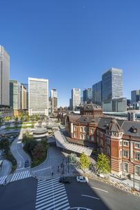 東京駅と青空の写真素材 [FYI04777703]
