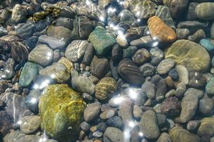 海の浜にあるカラフルな小石の写真素材 [FYI04777919]
