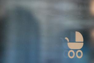 公共交通機関の窓にあるベビーカーサインのイメージの写真素材 [FYI04777924]