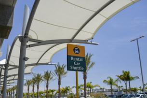 アメリカの空港のレンタカー乗り場のイメージの写真素材 [FYI04777930]