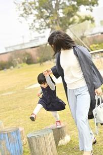 公園で遊ぶ親子の写真素材 [FYI04777988]