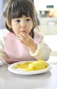 食事をする女の子の写真素材 [FYI04777990]