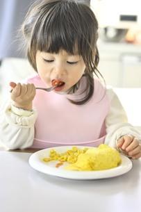 食事をする女の子の写真素材 [FYI04777991]