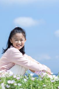 花畑に座る女の子の写真素材 [FYI04778072]
