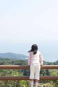 景色を眺める女の子の写真素材 [FYI04778093]