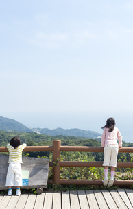 景色を眺める女の子と男の子の写真素材 [FYI04778094]