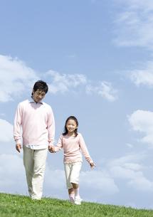 手をつないで歩く親子の写真素材 [FYI04778099]