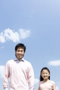 笑顔の父親と女の子の写真素材 [FYI04778100]