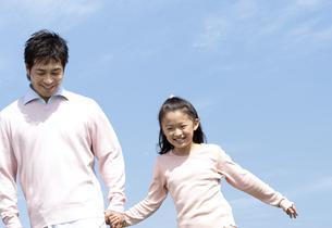 手をつないで歩く親子の写真素材 [FYI04778101]