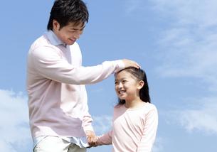 笑顔の父親と女の子の写真素材 [FYI04778102]
