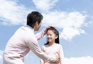 笑顔の父親と女の子の写真素材 [FYI04778103]