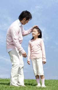 笑顔の父親と女の子の写真素材 [FYI04778104]