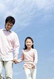手をつないで歩く親子の写真素材 [FYI04778105]