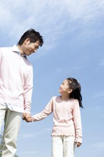手をつなぐ笑顔の親子の写真素材 [FYI04778106]