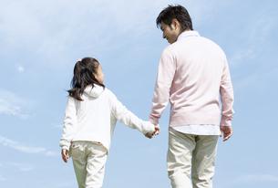 手をつないで歩く親子の写真素材 [FYI04778119]