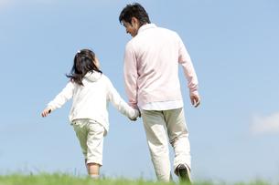 手をつないで歩く親子の写真素材 [FYI04778120]