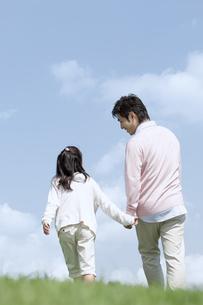 手をつないで歩く親子の写真素材 [FYI04778122]