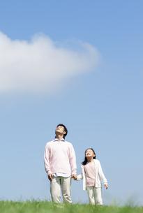 空を見上げる親子の写真素材 [FYI04778123]