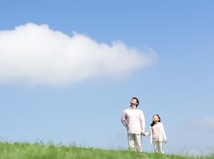 空を見上げる親子の写真素材 [FYI04778124]