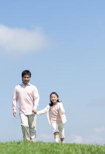 手をつないで歩く親子の写真素材 [FYI04778125]
